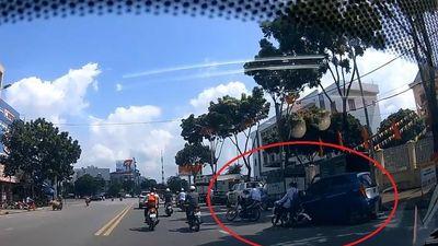 Lái xe không quan sát, ôtô khiến xe máy và xe đạp ngã xuống đường