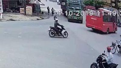Nam sinh thoát chết khi đạp xe sang đường trúng vào điểm mù xe tải
