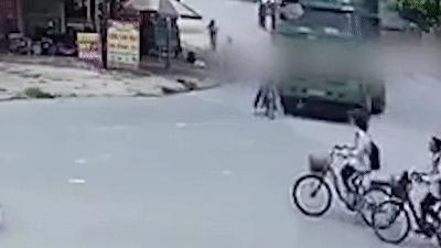 Học sinh đi xe đạp bị xe tải cuốn vào gầm, may mắn thoát chết