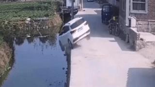 Ôtô nằm ngửa dưới sông do cua ẩu ở Trung Quốc