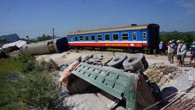 Tranh cãi pha 'cắt mặt' tàu hỏa của xe tải tại Hà Nội