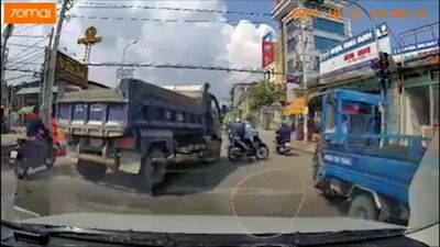 Tài xế xe tải muốn 'truy sát' người đi xe máy ngay trên đường?