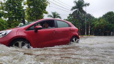 TP Vinh biến thành sông trong đợt mưa kỷ lục
