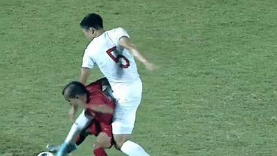 Văn Hậu ngã ngửa sau pha phạm lỗi của cầu thủ Indonesia