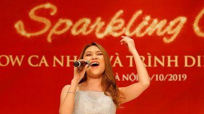 Mỹ Tâm diện đầm sequin, tái ngộ fan Hà thành tại Tuần lễ thời trang