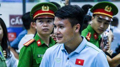 Tuyển Việt Nam được chào đón khi trở về Hà Nội trong đêm