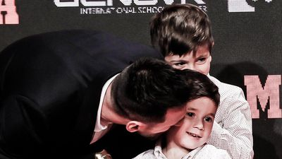 2 con trai giúp Messi nhận giải Chiếc giày vàng châu Âu
