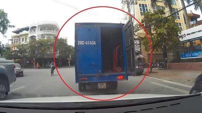 Quên đóng cửa thùng, xe tải suýt gây tai nạn