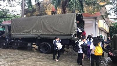 Quân khu 4 dùng xe quân sự nào chở học sinh ở Vinh về nhà?