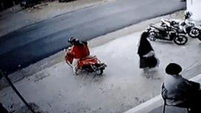 Sơ ý để trẻ vặn tay ga, xe máy mất kiểm soát lao vào xe tải