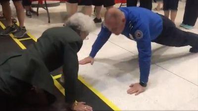Cụ bà 84 tuổi thách đấu sỹ quan Mỹ hít đất trước khi lên máy bay