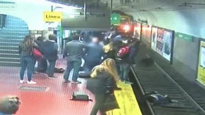 Khách nam ngất xỉu, xô cô gái vào đường ray giữa lúc tàu tới