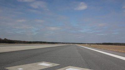 Máy bay lao qua hai ngôi mộ nằm giữa đường băng