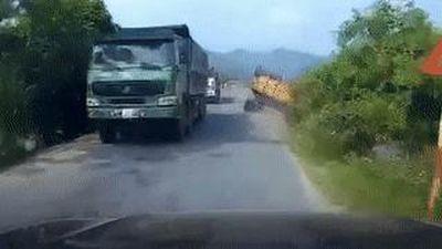 Tránh ôtô ngược chiều, xe tải lao xuống ruộng
