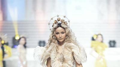 H'Hen Niê catwalk xuất thần thì ai cũng biết nhưng mái tóc xoăn bạch kim mới chính là điều gây ấn tượng mạnh