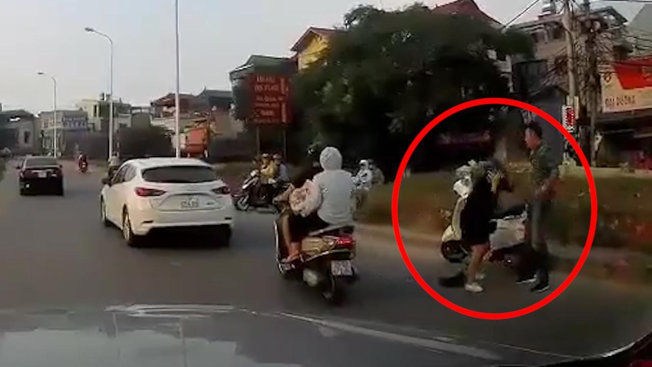 Người đàn ông thẳng tay đánh phụ nữ mang bầu túi bụi giữa đường