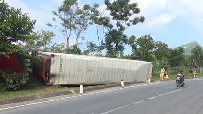 Xe container bị lật tại 'điểm đen' Nà Lơi