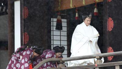 Nhật hoàng, hoàng hậu mặc đồ trắng cáo bái tổ tiên trước lễ đăng cơ