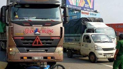 TP HCM: Đôi nam nữ chở bé gái bị xe container tông, 2 người tử vong