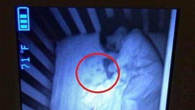 Xem camera thấy 'em bé ma' trong phòng con, sự thật dở khóc dở cười