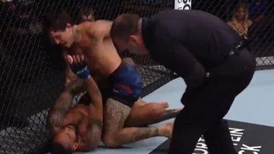 Kinh hãi trước cảnh võ sĩ Ecuador tung tổ hợp đấm và xuống chỏ hạ knock-out đối thủ