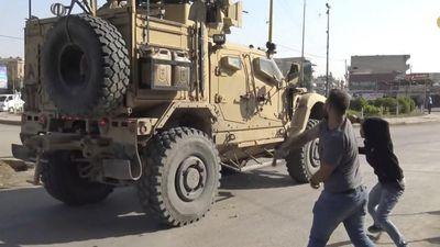 Người Kurd ở Syria giận dữ ném cà chua khi xe của quân Mỹ đi qua