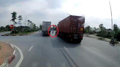 Sang đường ẩu xe máy suýt bị 2 xe container đâm trúng