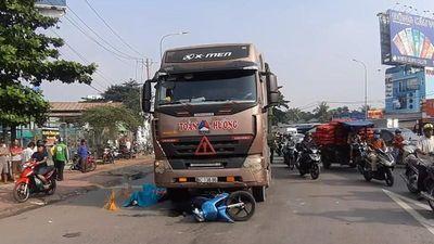 Container kéo lê xe máy, bố mẹ chết thảm, con gái nguy kịch