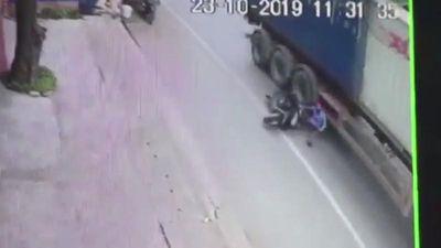 'Trượt vỏ chuối', 'ninja' thoát chết thần kỳ trước bánh xe container