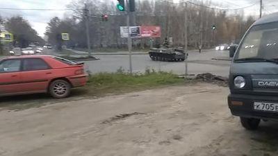 Xem xe chiến đấu Nga vượt đèn đỏ, lao vào ô tô
