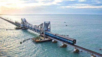 Tuyến tàu hỏa đi qua vùng biển nhiều bão hàng đầu thế giới