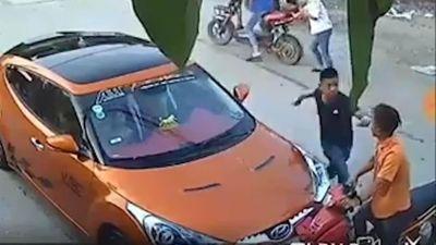 Đâm trực diện ô tô, thanh niên đi xe máy bị tài xế đấm liên tục vào mặt
