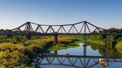 Nhịp sống bình yên bên cầu Long Biên mùa cỏ lau
