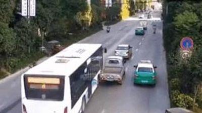 Xe bán tải bị xe buýt tông trúng vì cố chen lấn trên đường
