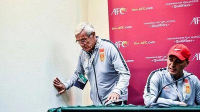 HLV Lippi bỏ dở họp báo sau trận thua của tuyển Trung Quốc