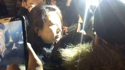 Quan chức Hong Kong bị đám đông tấn công ở Anh