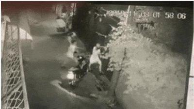Clip: Cô gái bị thanh niên đi đường ôm ấp, đè ra sàm sỡ ngay trước cửa nhà mình