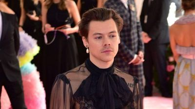 Harry Styles và dàn sao nam thích mặc váy, áo xuyên thấu nữ tính