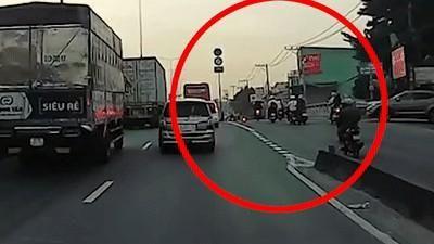 Người đàn ông đi xe máy ngã nhào ngay bánh ôtô
