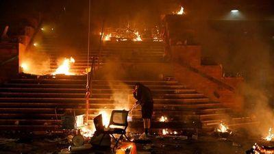 Hong Kong: Trường ĐH chìm trong lửa khi người biểu tình đối đầu cảnh sát