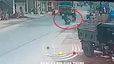 Clip: Mất lái ngã ra đường, người đàn ông đi xe máy bị xe tải cán tử vong