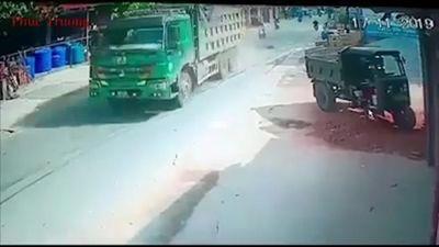 Ngã bất ngờ trước đầu xe tải, tài xế xe máy thiệt mạng tại chỗ