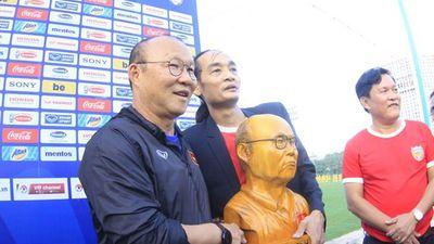 CĐV tạc tượng HLV Park Hang Seo, tiếp lửa ĐT Việt Nam đấu Thái Lan