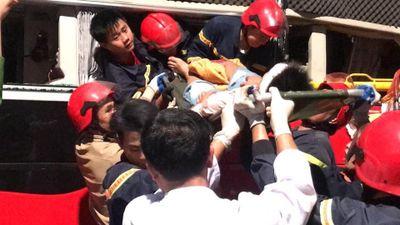 2 giờ giải cứu 3 người mắc kẹt trong xe giường nằm