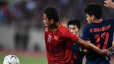 CĐV cảm ơn Anh Đức ở trận cuối thi đấu tuyển quốc gia