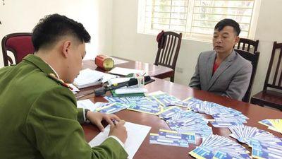 Cận cảnh đôi tay 'ma thuật' thao tác cách sản xuất vé bóng đá giả trong cửa hàng photocopy
