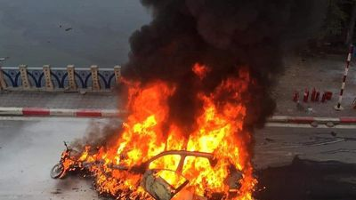 Mercedes GLC 250 cháy rụi sau khi tông 3 xe máy