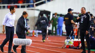 Trợ lý tuyển Thái Lan có thể bị phạt nặng vì khiêu khích HLV Park