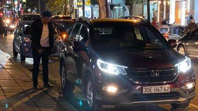Quý ông tè bậy giữa phố Hà Nội...rồi cưỡi ô tô Honda biến mất