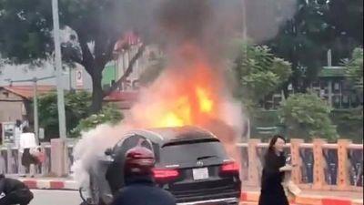 Clip: Nữ tài xế lái xe Mercedes cháy ngùn ngụt ở Hà Nội hoảng loạn chạy khỏi hiện trường
